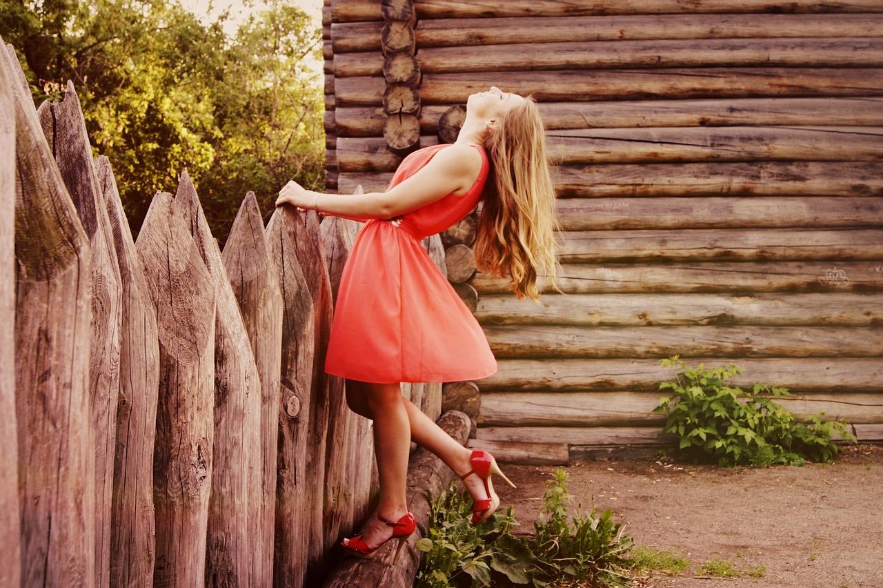 devojka haljina ograda