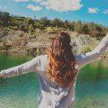 devojka jezero