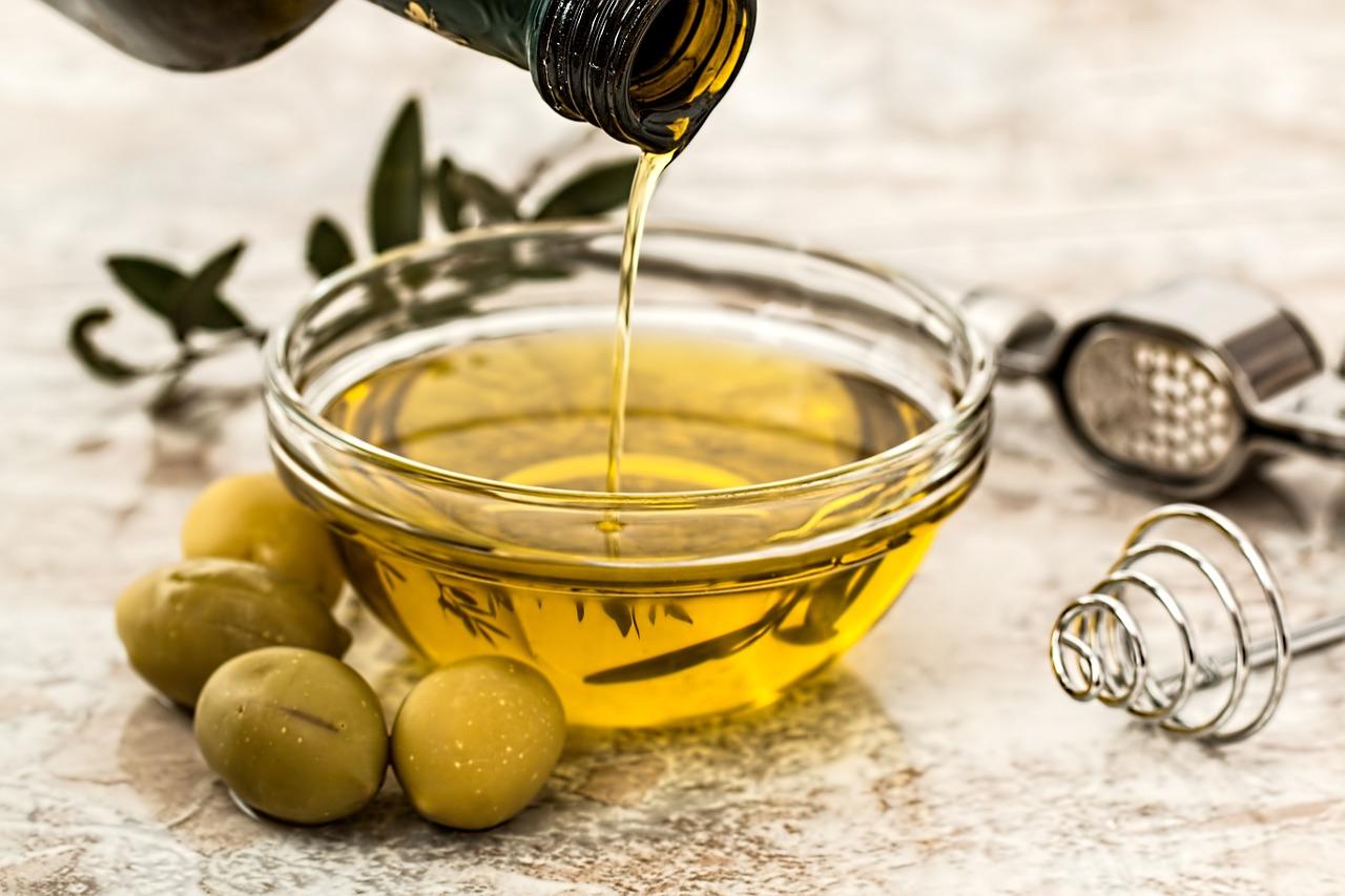 Odavno je ustanovljeno da je maslinovo ulje odlično za kožu i kosu. Prvenstveno jer je prirodni izvor skvalena. Skvalen predstavlja glavni sastojak kozmetičkih proizvoda koji su zaduženi da obezbedio umerenije lučenje masnoće na našem telu. U prevodu maslinovo ulje pomaže da se reguliše masnoća na našoj kosi.