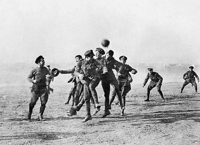 """Tokom nezvaničnog """"božićnog primirja"""" vojnici su na """"ničijoj zemlji zaigrali fudbal"""