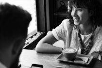 Zašto je teško održati kontakt očima u toku razgovora?
