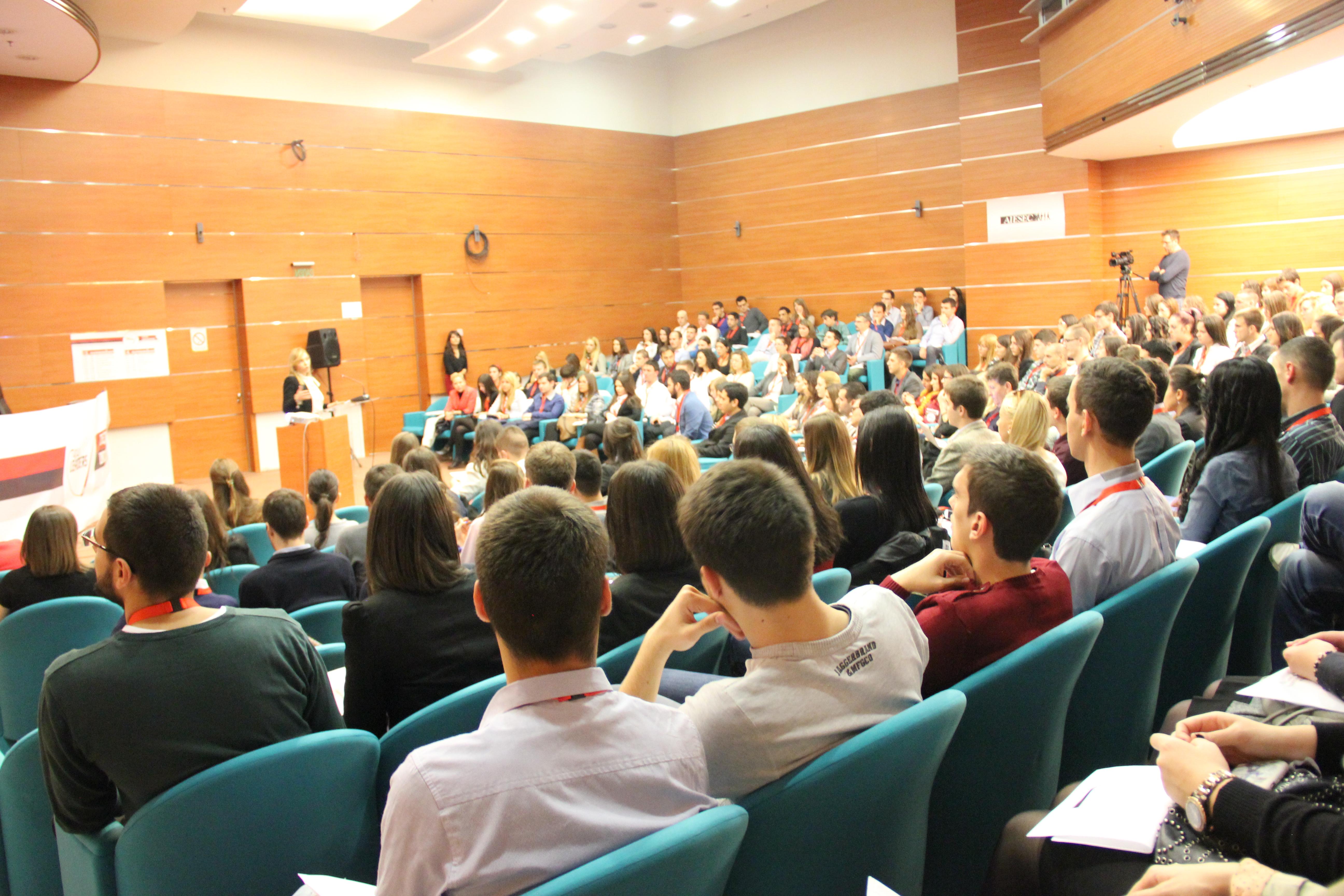 Učesnici slušaju predavanje