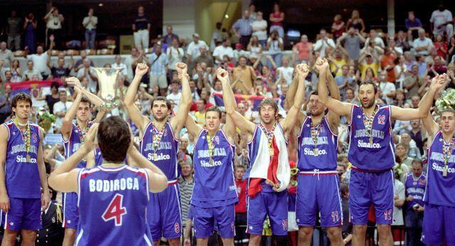 Naši košarkaši slave zlato na svetskom prvenstvu 2002. godine