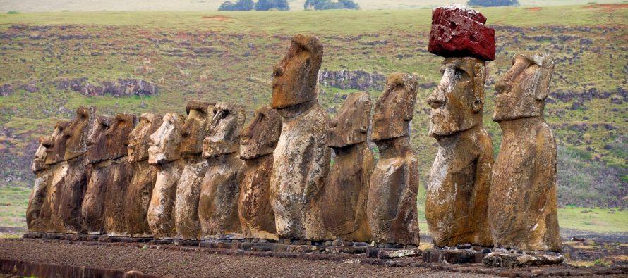 Kako su ove statue ponele crvene kape?